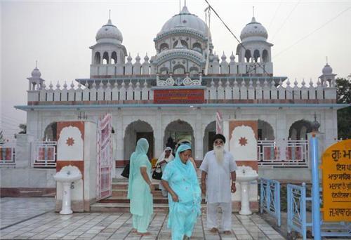 Devotees at Mata Sunder Kaur Gurudwara