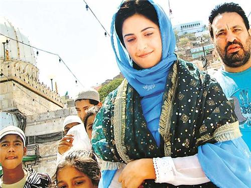 Celebrity Katrina Kaif at Ajmer Sharif Dargah-Credit Google