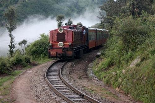 Journey to Kasauli by taking toy train from Kalka
