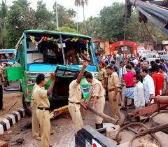 Kozhikode Police controlling the mob