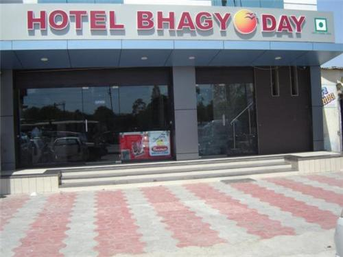 Dining facility at Hotel Bhagyoday in Mehasana
