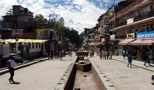 The Mall Road in Manali