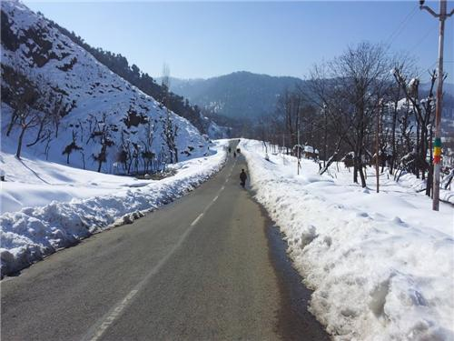 How to reach Daksum from Anantnag