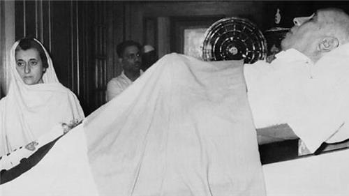 Indira Gandhi Paying Respects