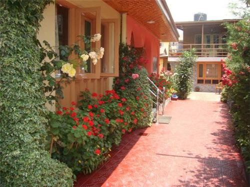 Beautifull Entrance of Hotel JH Bazaz in Srinagar