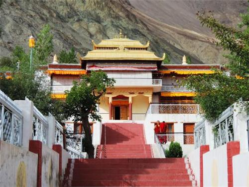 To Samstanling Monastery in Leh