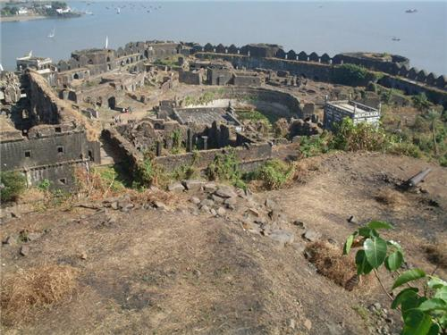 fort murud janjira Murud janjira:-it is the local name for a fort situated on an island just off the coastal village of murud, in the raigad nagaon:- nagaon beach is natural and beautiful due to coconut , betel and suru trees, due to clean water & best cottages.