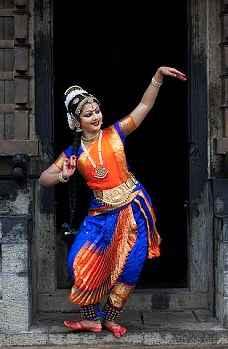 http://im.hunt.in/cg/ooty/City-Guide/m1m-Bharatanatyam-Dancer.jpg