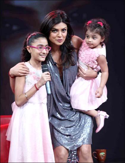 Sushmita with daughters