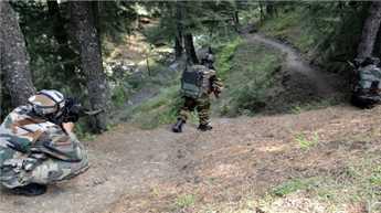कश्मीर : पुलिसकर्मी को गोली मारकर, आतंकवादी फरार