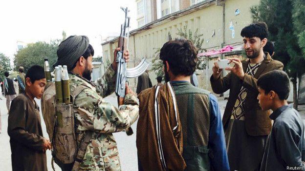 150930123216_afgan_taliban_selfie_624