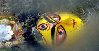 DURGA-idol-to-be-immersed-in-water-21-09-17