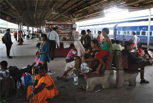 Crowd at Platform of Ahmedabad Railway station