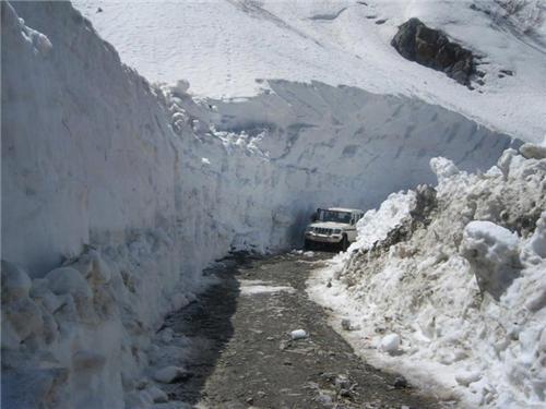 A Tata Sumo moving through the snow loaded road towards Shimla