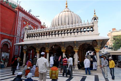 Homage at Nizamuddin Dargah in Delhi