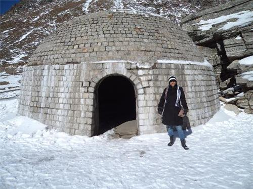 entrance of Snowcrest Manor in Manali