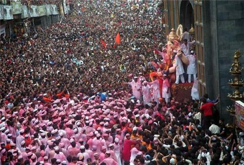 Visiting 'Lal Bagh Cha Raja' Ganpati Idol in Mumbai