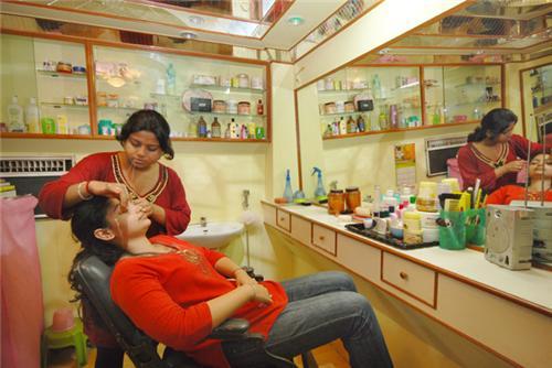 Beauticians in Nalanda