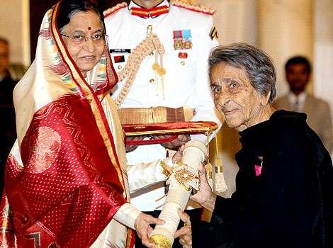 Homai Vyarawalla receiving Padam Vibhushan