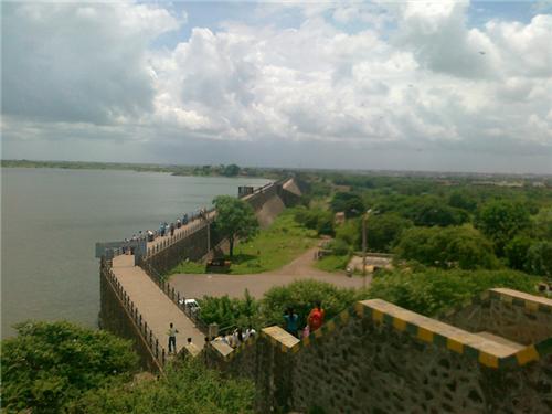 Beautiful Location of Aji Dam Garden in the city of Rajkot