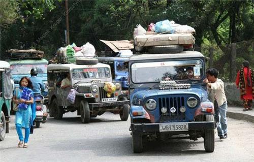 Shared jeeps on the roads in Darjeeling