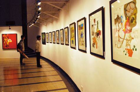 viewers viewing painting at main auditorium hall of Jehangir Art Gallery.