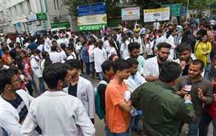 Resident doctors of AIIMS & Safdarjung Hospital call off their strike