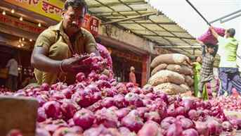 Government further reduces stock limit of onion for retailers to check hoarding